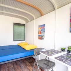 Tinywagon accomodatie huren aan Almere Strand - bed