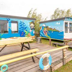 Tinywagon accomodatie huren aan Almere Strand - buitenkant met eigen terras