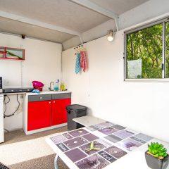Tinywagon accomodatie huren aan Almere Strand - keukentje