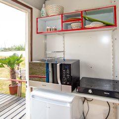 Tinywagon accomodatie huren aan Almere Strand - keukentje met uitzicht op het strand