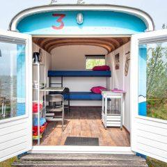 Tinywagon accomodatie huren aan Almere Strand - openslaande deuren