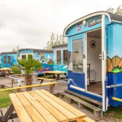 Tinywagon accomodatie huren aan Almere Strand - picknick en terras