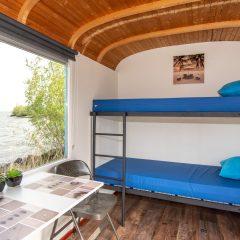 Tinywagon accomodatie huren aan Almere Strand - stapelbed met uitzicht