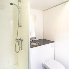 Tinywagon accomodatie huren aan Almere Strand - toilet en douche